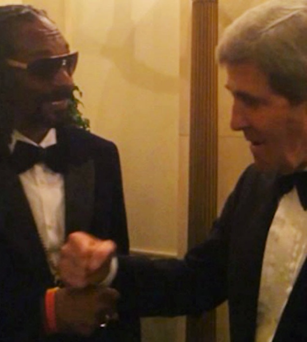 rs_634x1024-131227100827-634.-snoop-dogg-john-kerry-fist-bump-white-house.-122713